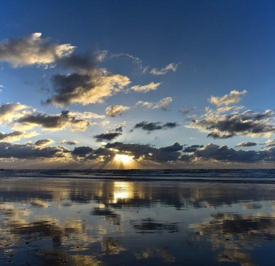 日本海に沈む夕日とリフレクション